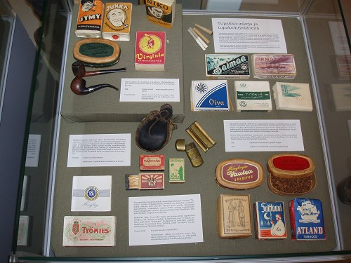 Tupakka-askeja ja tupakointivälineitä