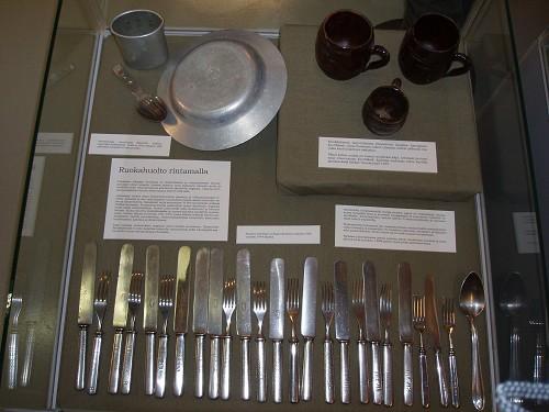 Sota-ajan ruokailuvälineitä